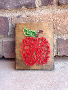 Cutest little string apple ready for shipment! So cute for a teachers desk and it's only $10.00! A personal favorite from my Etsy shop https://www.etsy.com/listing/276429986/apple-string-art
