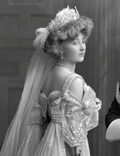 Lady Crofton presented at court; Lady Crofton, née Frances Margaret Irby (d. only daughter of Lt. (as first wife) Sir Morgan George Crofton, Bt. Vintage Wedding Photography, Vintage Wedding Photos, Vintage Bridal, Vintage Weddings, Lace Weddings, Wedding Pictures, Vintage Outfits, Vintage Gowns, Edwardian Fashion