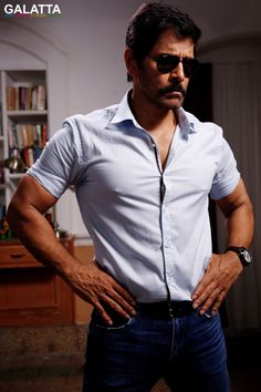 Vikrams Saamy 2 First Look Image Hipster Haircuts For Men, Marriage Images, Movies To Watch Hindi, Photos Hd, Vijay Actor, Actors Images, Business Look, Actor Photo, 2 Movie
