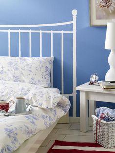 Das brauchen Sie für das Betthaupt: Blaue Wandfarbe (Baumarkt)Weiße Wandfarbe (z. B. von Alpina; Baumarkt)Farbrolle und Pinsel