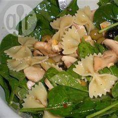 Uma salada de massa que contém muito espinafre, queijo feta e azeitonas pretas. Minhas crianças adoram!