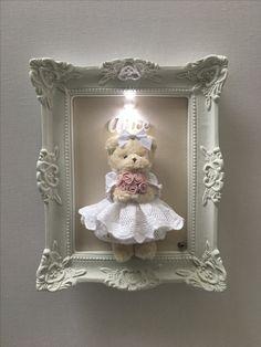 Quadro com ursinha segurando um bouquet - Baby Crafts, Crafts To Do, Diy Craft Projects, Diy Crafts For Kids, Arts And Crafts, Baby Frame, Frame Crafts, Baby Room Decor, Diy Wall Art