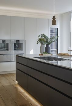 This bespoke, handleless Roundhouse kitchen is all about sleek, straight lines and neat edges Open Plan Kitchen Diner, Kitchen Design Open, Luxury Kitchen Design, Kitchen Cabinet Design, Interior Design Kitchen, Contemporary Kitchen Inspiration, Contemporary Kitchen Interior, Modern Kitchen Cabinets, Kitchen Dinning