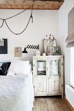 Vanhan talon valkoinen rouhean romanttinen makuuhuone. White bedroom with rough romantic. | Unelmien Talo&Koti Kuva: Camilla Hynynen Toimittaja: Jaana Tapio