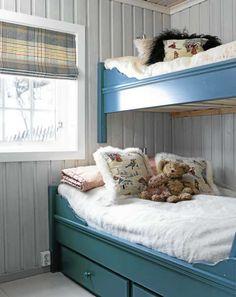 NOSTALGISK SENG: Nostalgisk seng: Familiekøyen på barneværelset ble malt på nitti- tallet, og Marianne valgte gardiner ut fra blåfargen på sengen. Veggene tar også til seg fargen og gir et kjølig og blågrått skinn.