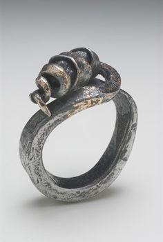 Ring | Gloria Carlos. Iron, rough diamonds and 18 ct gold