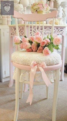 Pretty Shabby Chic Decoration Ideas Shabby Chic Chair Decorating with Fresh Pink Flowers. Shabby Chic Project Idea Project Difficulty: Simple Shabby Chic Chair Decorating with Fresh Pink Flowers. Cottage Shabby Chic, Cocina Shabby Chic, Muebles Shabby Chic, Shabby Chic Chairs, Shabby Chic Interiors, Shabby Chic Living Room, Shabby Chic Bedrooms, Shabby Chic Kitchen, Shabby Chic Homes