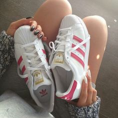 Sneakers femme - Adidas Superstar Rose Gold - Adidas Shoes for Woman Outfits Con Tenis Adidas, Adidas Outfit, Adidas Sneakers, Shoes Sneakers, White Sneakers, Trainers Adidas, Yeezy Shoes, Women's Shoes, Adidas Rose