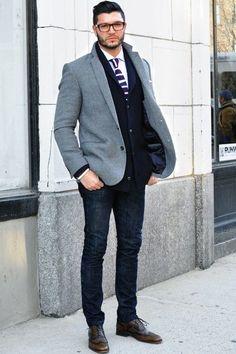 Acheter la tenue sur Lookastic: https://lookastic.fr/mode-homme/tenues/cardigan-a-col-chale-blazer-chemise-de-ville/21394   — Chemise de ville blanche  — Cravate en tricot bleu marine  — Cardigan à col châle bleu marine  — Blazer en laine gris  — Jean bleu marine  — Chaussures brogues en cuir brunes foncées