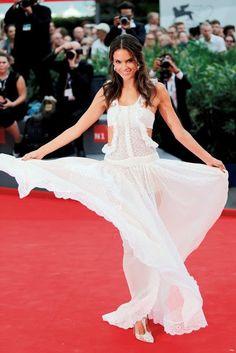 Alessandra Ambrósio, vestido branco esvoaçante, festival de veneza 2015