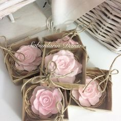 Fragrant roses evening to Source by cocohomedeco The post Scented roses evening appeared first on Soap. Flower Box Gift, Wedding Shower Favors, Rose Soap, Wedding Gifts For Guests, Soap Packaging, Home Made Soap, Handmade Soaps, Soap Making, Diy And Crafts