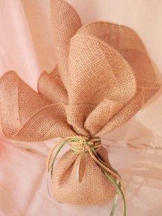 Μπομπονιερες γαμου με λινατσα Greek Wedding, Sister Wedding, Baby Wedding, Burlap Runners, Table Runners, Burlap Rolls, Burlap Gift Bags, Gift Wraping, Wedding Favors