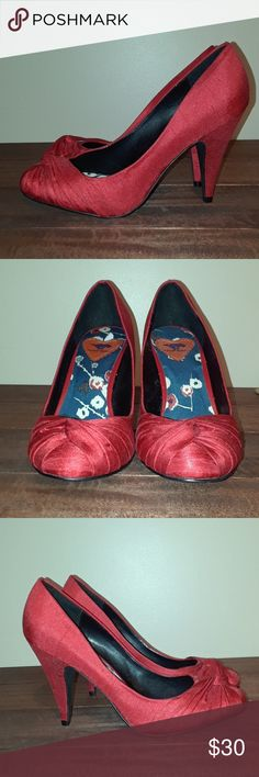 """🌼🌼Rocket Dog Red Twist Knot Linen Textile Pumps Absolutely beautiful classic red pumps. Linen textile twist knot heels in pristine condition, inside out. Even the bottoms are in brand new condition. These are hot! Pair these pumps with your little black dress and you have one hot date night combo! Heel measures 3"""" Rocket Dog Shoes Heels"""