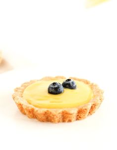 Sweet and tangy mini lemon tarts with buttery shortbread crusts and simple lemon curd filling are delicious and adorable spring and summer desserts! Small Desserts, Desserts To Make, Lemon Desserts, Summer Desserts, Lemon Recipes, Dessert Tarts Mini, Pie Dessert, Dessert Recipes, Fruit Tarts