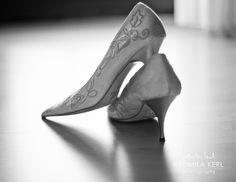 nice black and white photography of wedding shoes from the back by © radmila kerl photography munich schöne schwarz-weiß Aufnahme von Brautschuhen