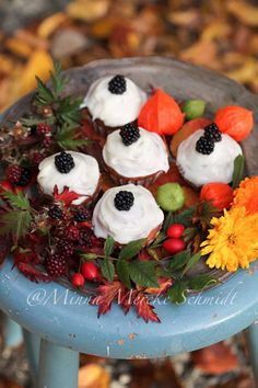 Blomsterverkstad: Cupcakes decorated with blackberries