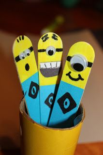 Easy Craft Stick Minion bookmarks or reading pointers. They could also be used as spaces when teaching kids to write. The page also has other minion ideas. Popsicle Stick Crafts, Popsicle Sticks, Craft Stick Crafts, Fun Crafts, Crafts For Kids, Arts And Crafts, Craft Sticks, Lolly Stick Craft, Lollipop Sticks