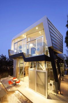 CONTEMPORARY SKYWAVE HOUSE IN LOS ANGELES
