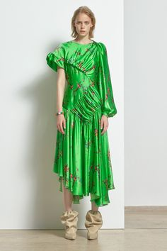 Preen by Thornton Bregazzi Resort 2019 Fashion Show Collection: See the complete Preen by Thornton Bregazzi Resort 2019 collection. Look 28 Women's Runway Fashion, Fashion Outfits, Fashion Trends, Minimal Dress, Green Fashion, Fashion Show Collection, Thornton Bregazzi, Simple Dresses, Timeless Fashion