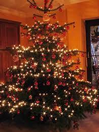 ein geschm ckter weihnachtsbaum sorgt bereits in der vorweihnachtszei weihnachten und. Black Bedroom Furniture Sets. Home Design Ideas