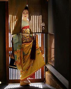 I love asian art and culture I want to collect everything I like! Japanese Geisha, Japanese Kimono, Japanese Fabric, Japanese Girl, Look Kimono, Oriental, Kabuki Costume, Samurai, Blue Umbrella