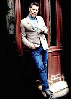 So chic magazine - Le comédien Jalil Lespert porte une chemise en denim De Fursac