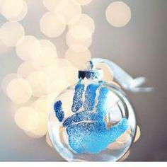 Eerste kerst met jullie baby? Hang een kerstbal in de boom als herinnering voor later.