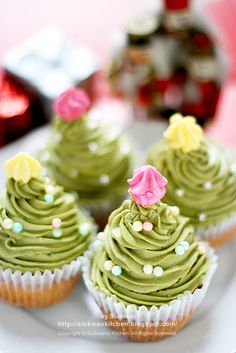 SO CUTE Christmas Tree Cupcakes! Recipe and how to make these cupcakes with lots of green icing shaped like a Christmas Tree! Christmas Tree Cupcakes, Christmas Sweets, Noel Christmas, Christmas Goodies, Xmas Tree, Christmas Decor, Simple Christmas, Beautiful Christmas, Christmas Ideas