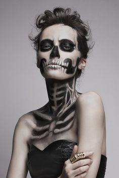 une fille avec un maquillage de squelette pour Halloween