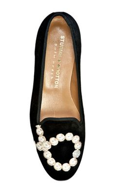 velvet slippers and pearls Shoe Boots, Shoes Sandals, Flat Shoes, Mode Chic, Clutch, Shoe Closet, Girls Wear, So Little Time, Me Too Shoes