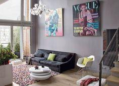 Uma sala de estar jovem, contemporânea, de atmosfera levemente masculina e toques definitivamente femininos. Desde o tapete quadriculado aos quadros que satirizam a revista Vogue, tudo chama a atenção nesse ambiente, mas em doses equilibradas.     É ou não é uma ótima inspiração para decorar a sala do seu Albra?