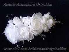 Arranjo com delicadas flores e botões, com flores de zirconias e fios. Tamanho 20 cm. Pode ser feito em branco, off white, ivory ou colorido. PRAZO DE ENTREGA A CONSULTAR. R$235,00