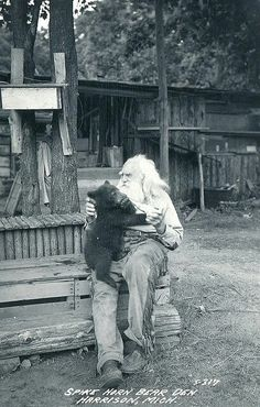 A real-life Grizzly Adams! This is a photo of a man named Spikehorn Meyers who ran a bear refuge in Michigan in the He's considered one of the state's most colorful characters and was known as the Bear Whisperer. from > Old Photo Archive Vintage Pictures, Old Pictures, Old Photos, Grizzly Adams, Edmund Dulac, Tier Fotos, Le Far West, Mountain Man, Interesting History
