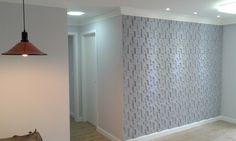 Decoração sofisticada com paredes pintadas com tons de cinza. O cinza pepita de bismuto recobre a parede em gesso 3D. Iluminação em LED, indireta, traz mais aconchego ao ambiente. Sobriedade e bom gosto.