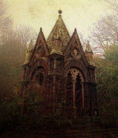 un mausolée oublié dans la foret. Torre alfina, italie