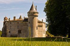 Château de La Brède – Montesquieu - Les amateurs de littérature seront tout particulièrement attachés à ce château. C'est en effet là que naquit Montesquieu en 1689, et qu'il écrivit une partie de son ouvrage De l'Esprit des Lois. Le domaine, ouvert au public, permet de se plonger dans l'univers du philosophe.