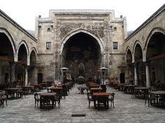 Sivas Buruciye Medresesi 1271 yılında inşa edilmiştir.sarımsı renkli taşlardan oyma olarak yapılan giriş kapısı mevcuttur.cephenin her iki tarafı köşe kuleleri ile zengileştirilmiştir.
