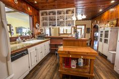 Традиционная кухня с высокими потолками, U-образные, плоские шкафы, подвесной светильник, сложные гранитные счетчики