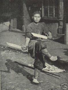 Street performance with butterfly swords (蝴蝶双刀, Húdié shuāng dāo)
