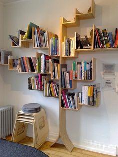 petite chaise en bois, étagère avec un design insolite en bois en forme d'arbre