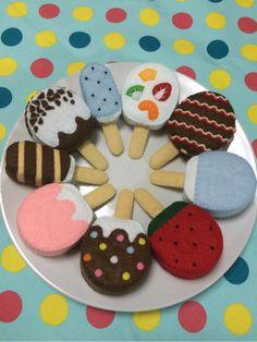 この度は、お目に留めて頂きありがとうございます。アイスキャンディの9点セットです。季節を先取り(笑)冬は、暖かい部屋でアイスを堪能してみてください。一枚目の写真から。上のフルーツから時計回りに… フルーツ チョコライン ソーダ スイカ マーブルチョコ ス... Felt Diy, Felt Crafts, Diy And Crafts, Crafts For Kids, 1st Birthday Party Bags, Felt Cake, Diy Y Manualidades, Felt Play Food, Pretend Food