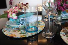 Mesa posta colorida, alegre e florida para um jantar ou almoço especial, com porta guardanapo de flor.