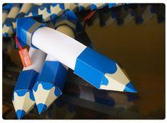 Caixa Lápis porta diplomas para formatura escolar.    *Tag personalizada com nome da escola!    *Podem ser produzidas em outras cores;    *Embalagem composta por: capelo com tag personalizada + ponta do lápis;    *Não fornecemos os diplomas, apenas a embalagem!  (o papel em branco no meio da emba...