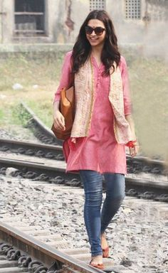 Lizzette Steyn's outfit in Peshawar. Pink kurti with scarf Short Kurti Designs, Simple Kurti Designs, Kurta Designs Women, Plain Kurti Designs, Blouse Designs, Denim Kurti, Kurti For Jeans, Long Kurti With Jeans, Kurti With Jacket