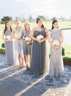 Elegantes damas de honor con vestidos grises. Inspìrate más en http://bodatotal.com/