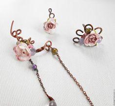"""Медный комплект из двух каффов и кольца с розами """"Розовый сад"""". Украшен аметистами, гроссулярами, розовыми топазами и лабрадорами."""