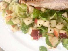 Spetskål med äpple och brysselkål Collard Greens, Coleslaw, Potato Salad, Salads, Potatoes, Apple, Meat, Chicken, Ethnic Recipes