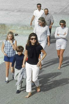 Celebrity moms 544372673713236458 - Jacqueline Kenney Onassis (AKA Jackie O)'s best fashion and style moments, as First Lady Of The United States. Estilo Jackie Kennedy, Jackie O's, Les Kennedy, John Kennedy Jr, Carolyn Bessette Kennedy, Caroline Kennedy, Jacqueline Kennedy Onassis, Love Her Style, Cool Style