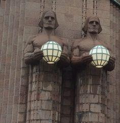 due omenoni sulla stazione di Saarinen