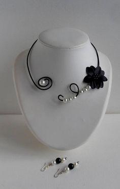 Collier noir noir ras de cou fleur noire de satin et perles